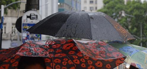 HORARIO DE VERAO - CURITIBA - PARANA -14-02-14 - Horario de verao, muda do calor para a chuva -FOTO: Suellen Lima / Tribuna Parana - AGP